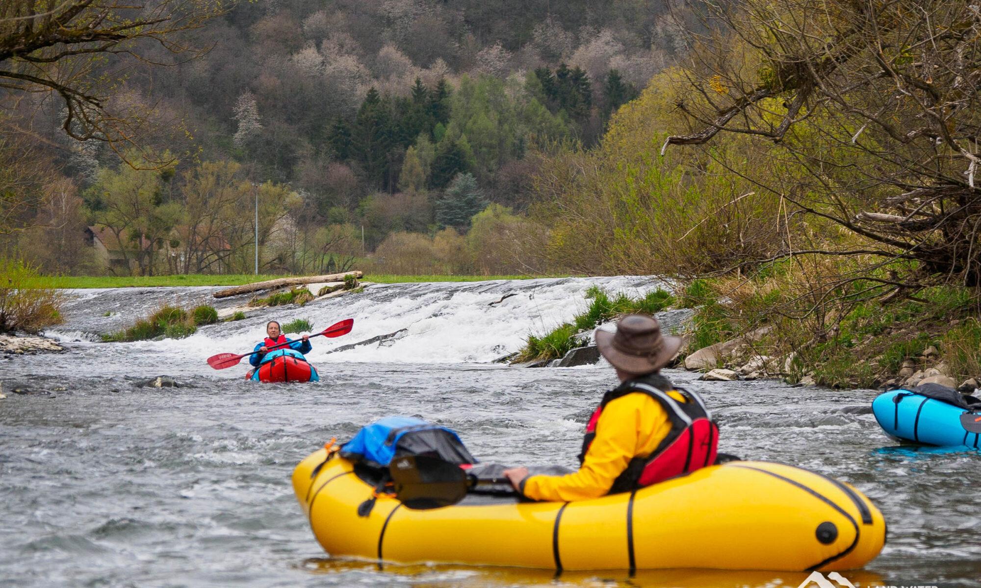 Drei Packrafter im Frühjahr beim Hunsrück Freestyle Tageskurs unterwegs auf der Nahe