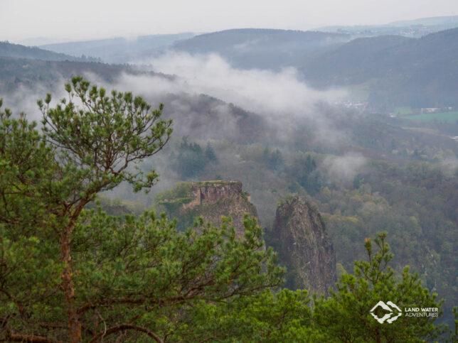 Weiter Blick in das Hahnenbachtal, aus dem Tiefnebel aufsteigt.