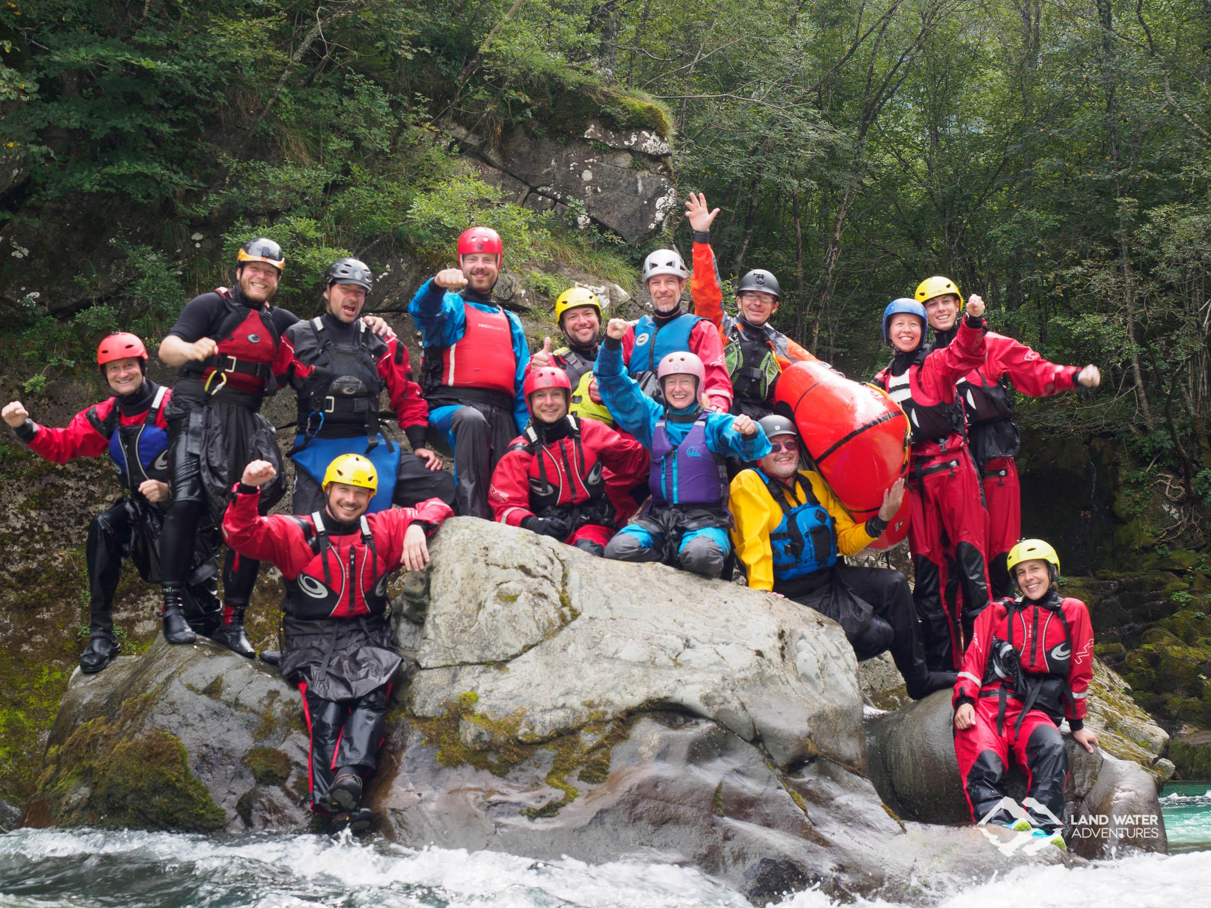 Das Soca-Team auf dem Soca-Stein © Land Water Adventures