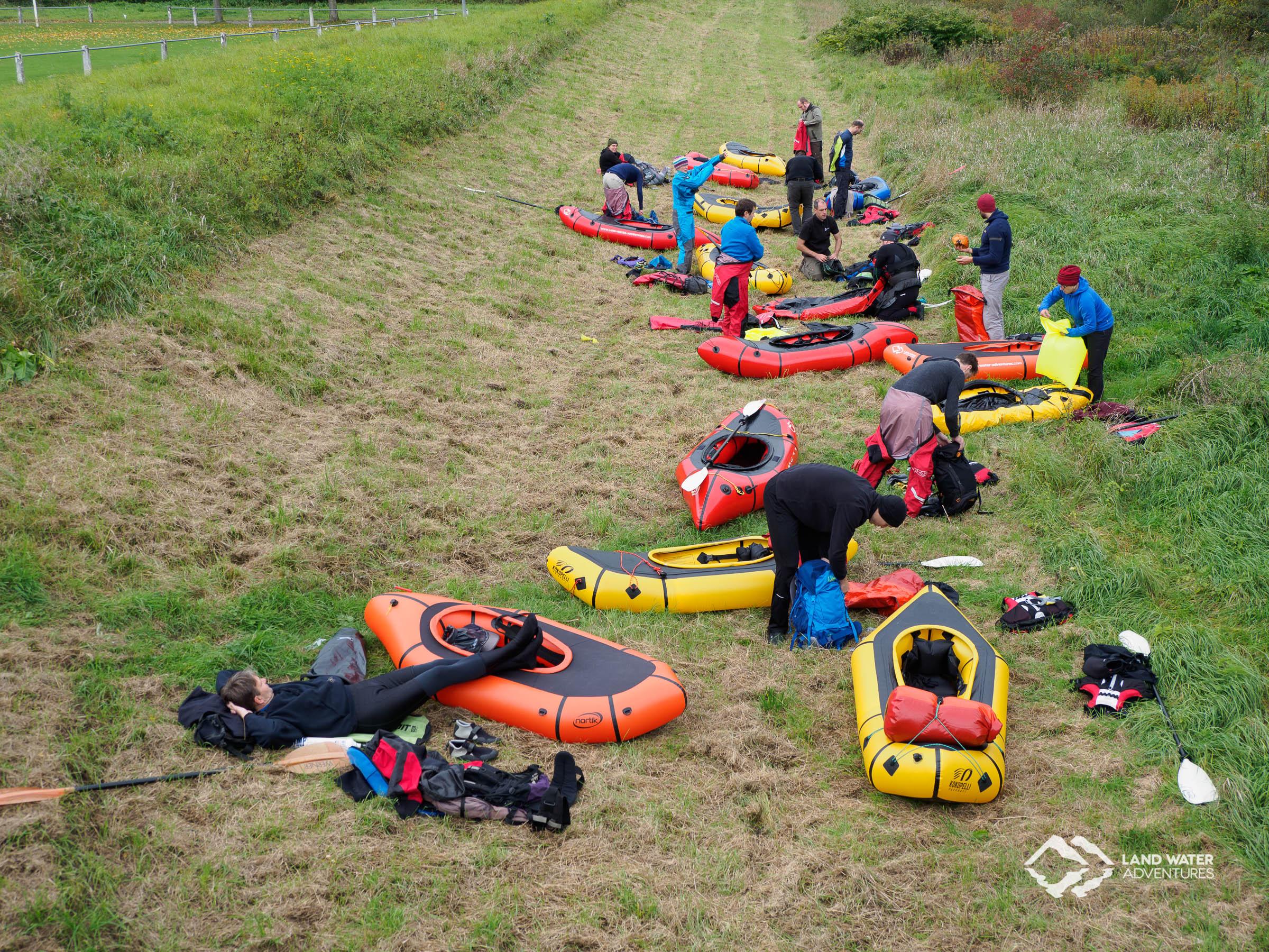 Aufgebaute Packrafts beim Saisonabschluss Nahe 2017 © Land Water Adventures