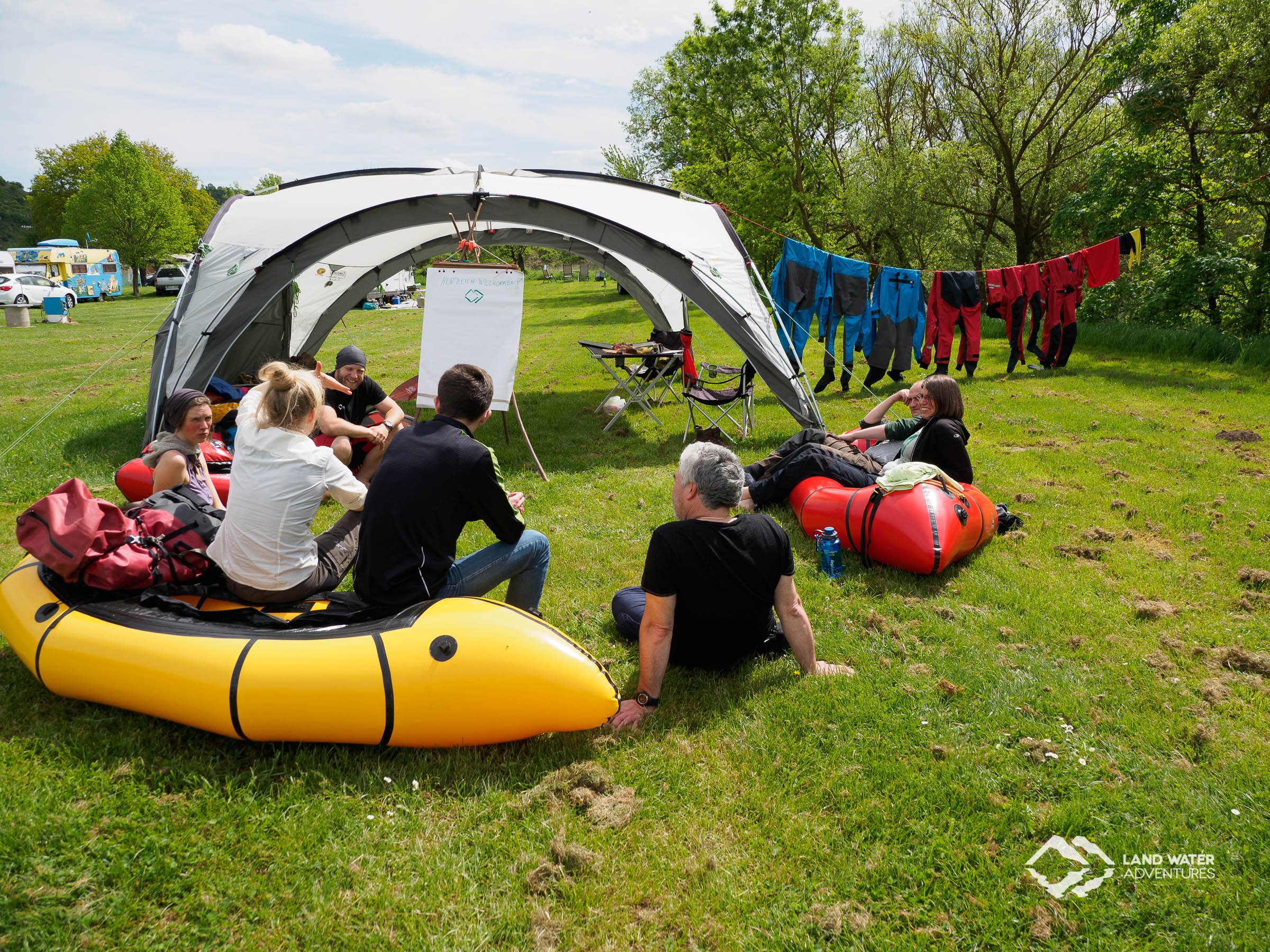 Multiday Packrafting Theorieteil im Camp © Land Water Adventures