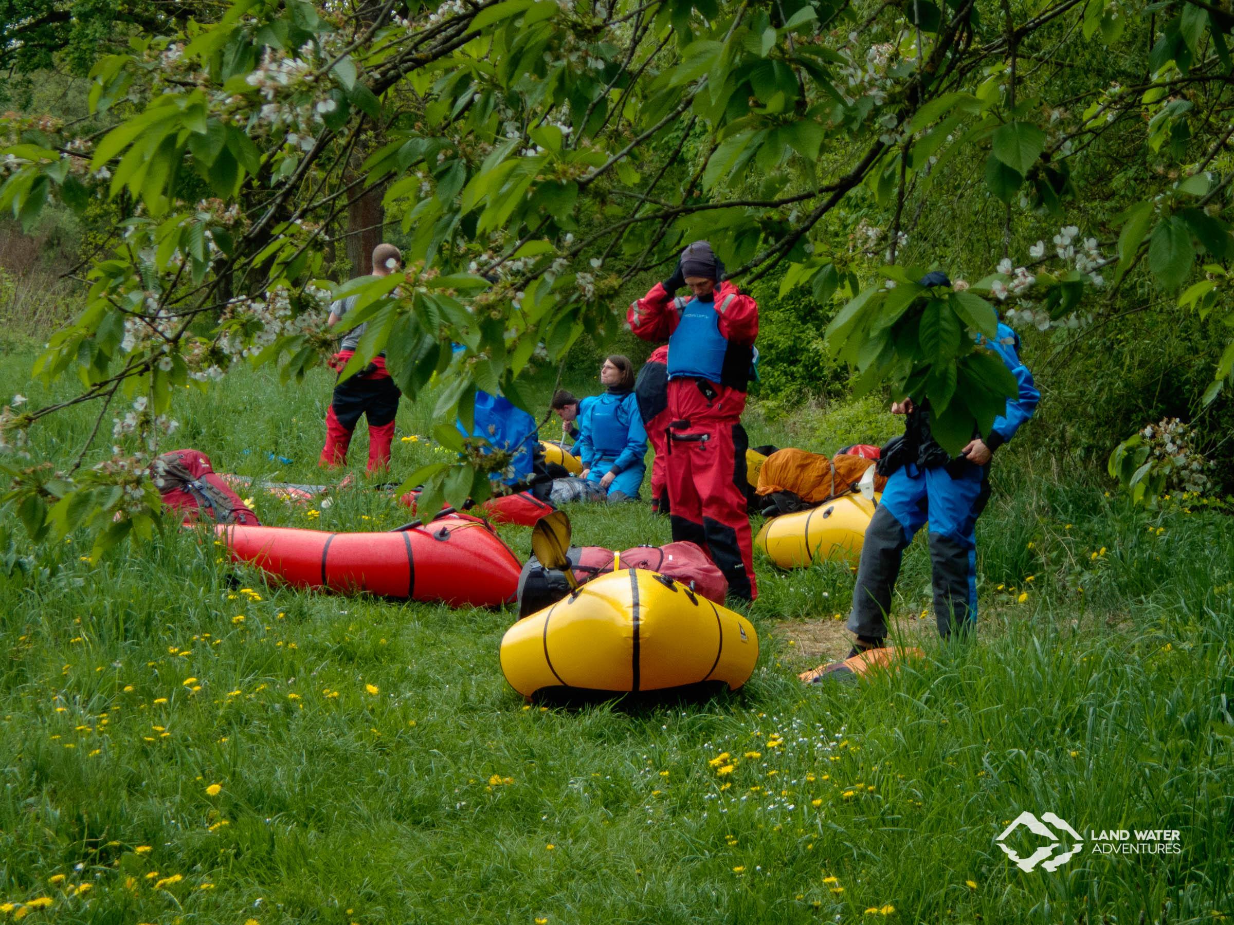 Packrafts im Früjahrsgrün der Nahe © Land Water Adventures