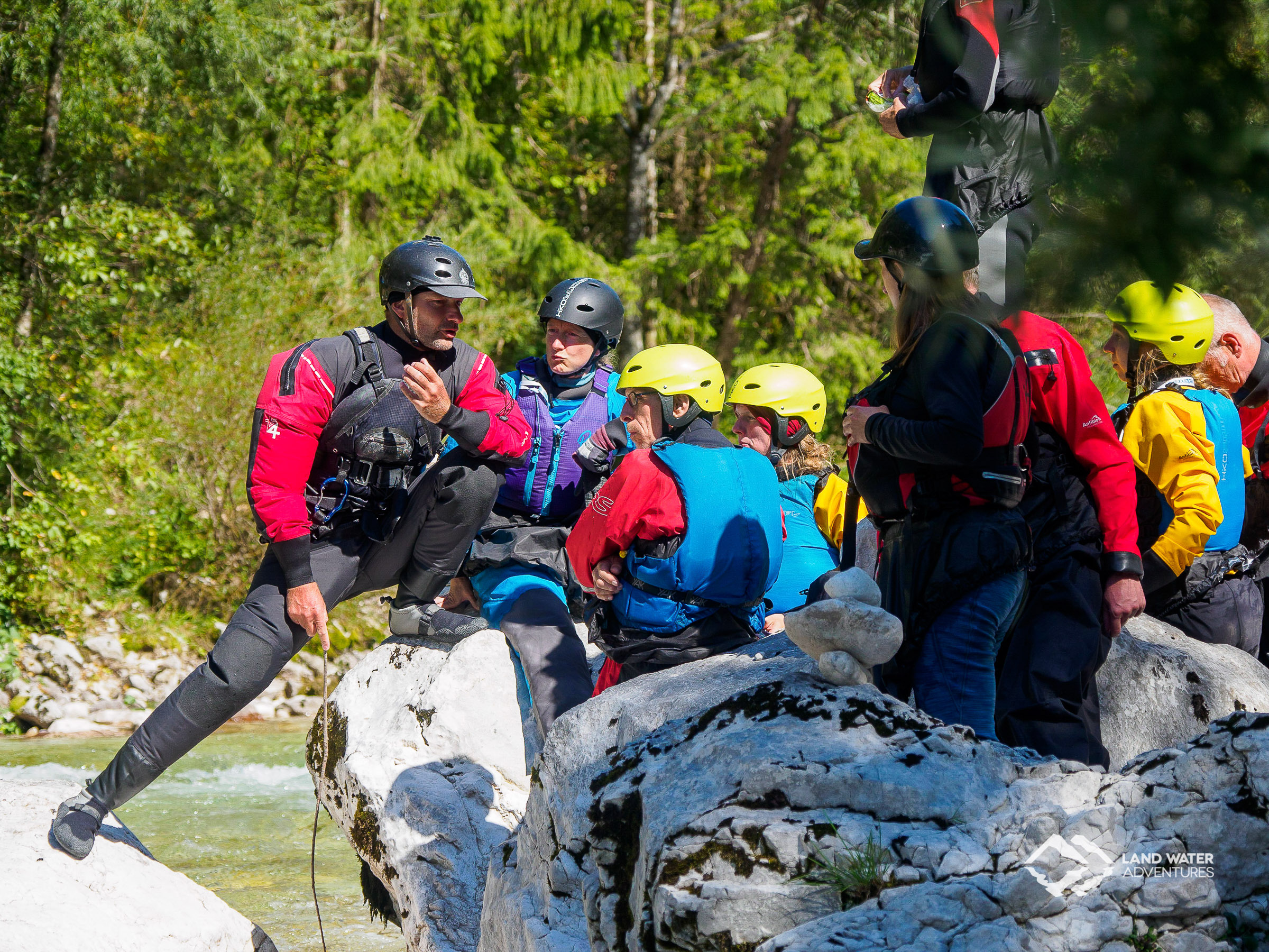 Wildwasser Packrafting Theorie am Ufer der Soca © Land Water Adventures