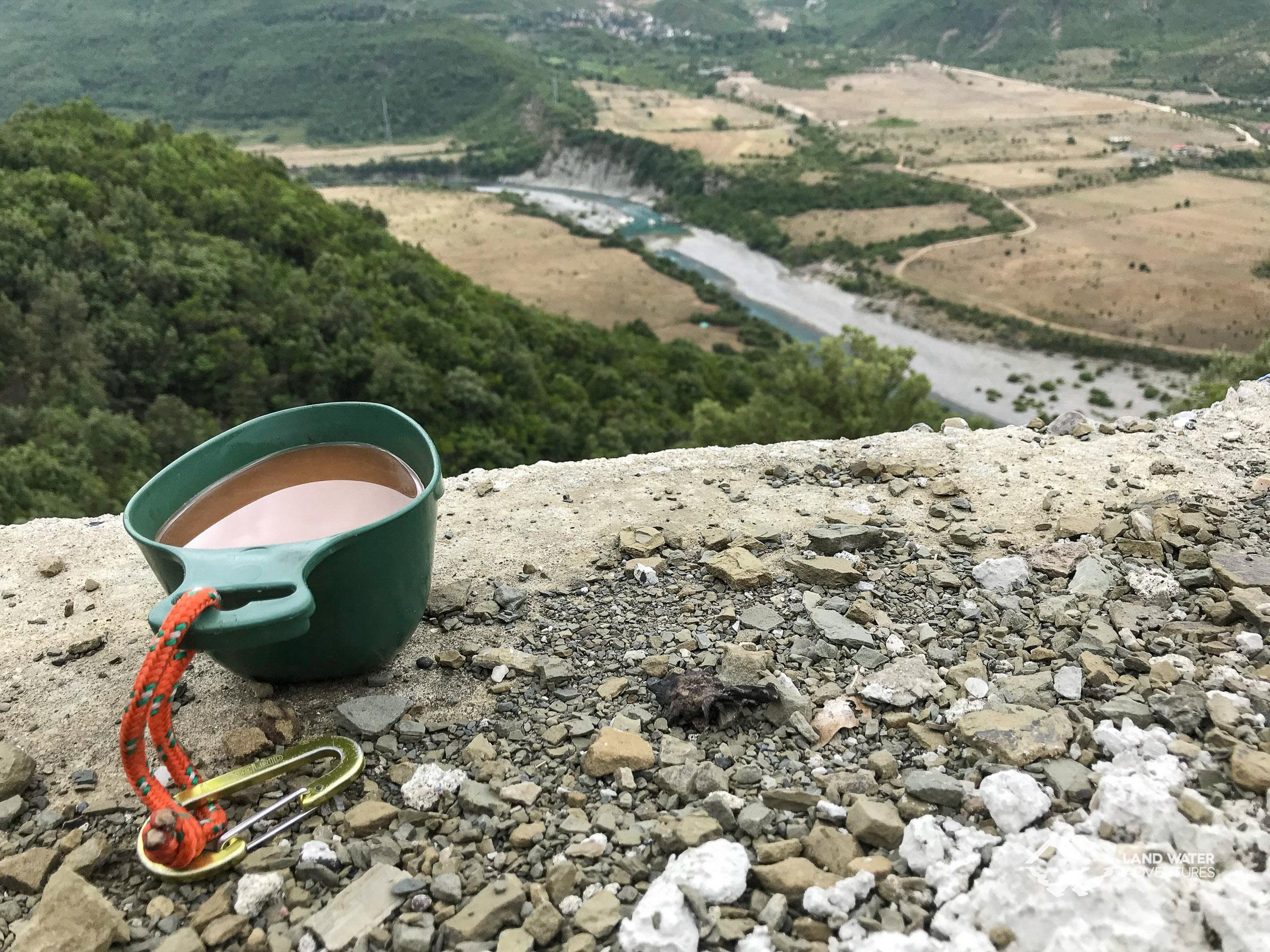 Kaffee mit Aussicht auf die albanische Vjosa © Land Water Adventures