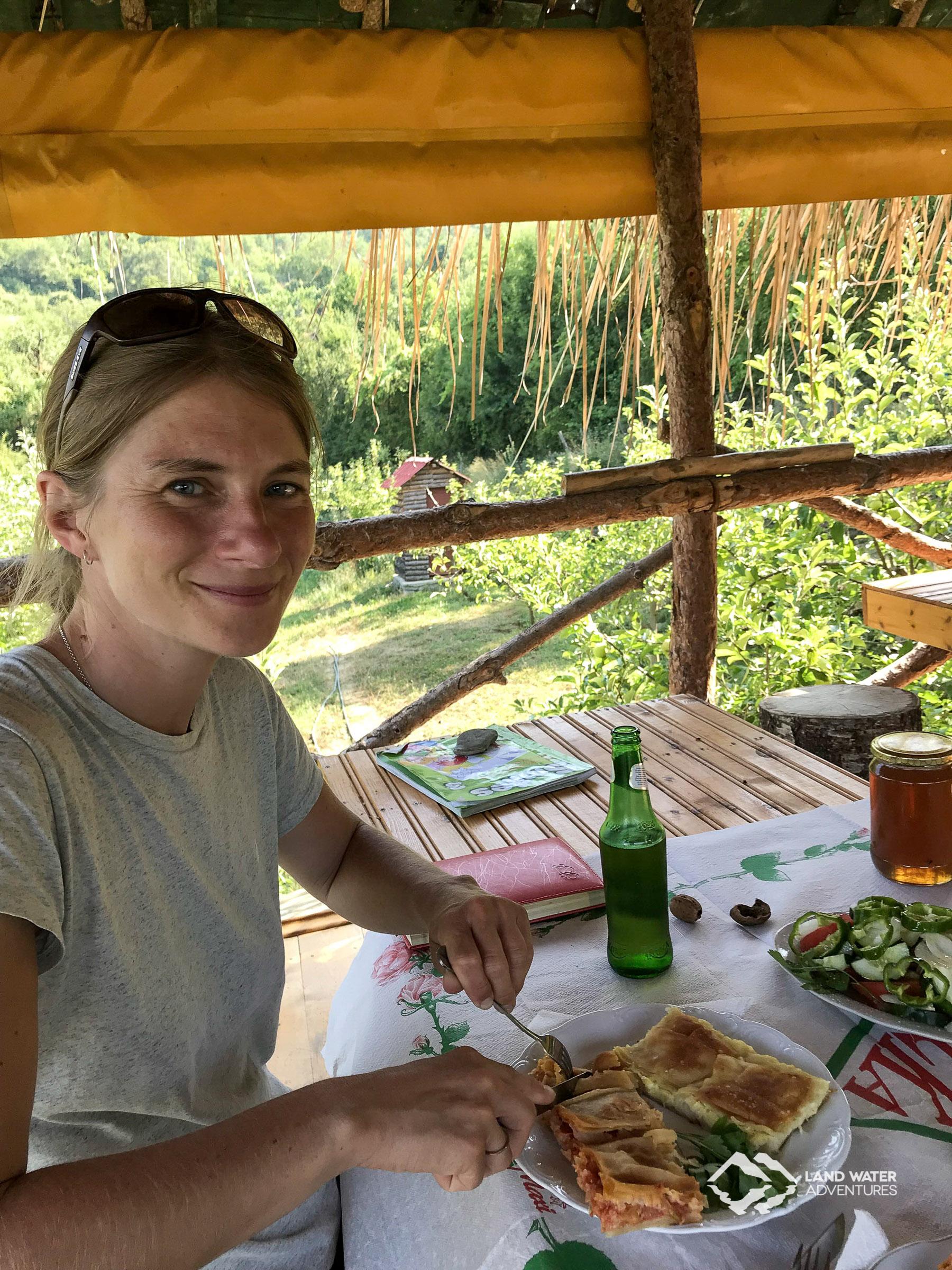 Susanne beim Genuss der albanischen Gastfreundschaft © Land Water Adventures