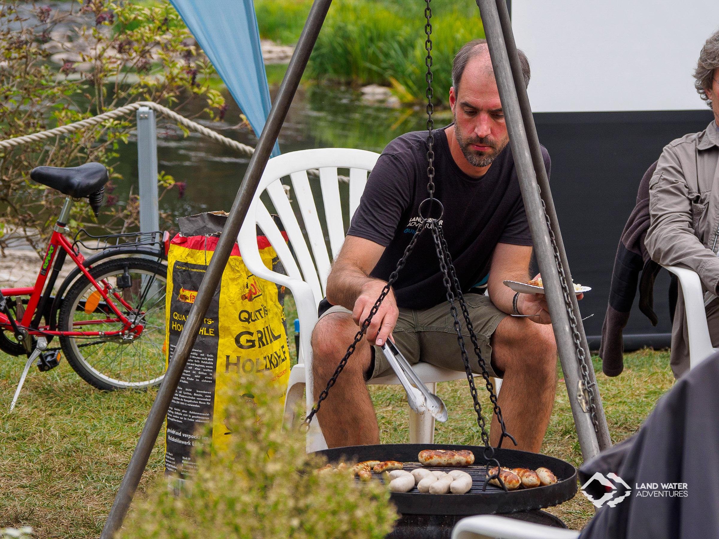 Jochen grillt beim Saisonabschluss Nahe © Land Water Adventures