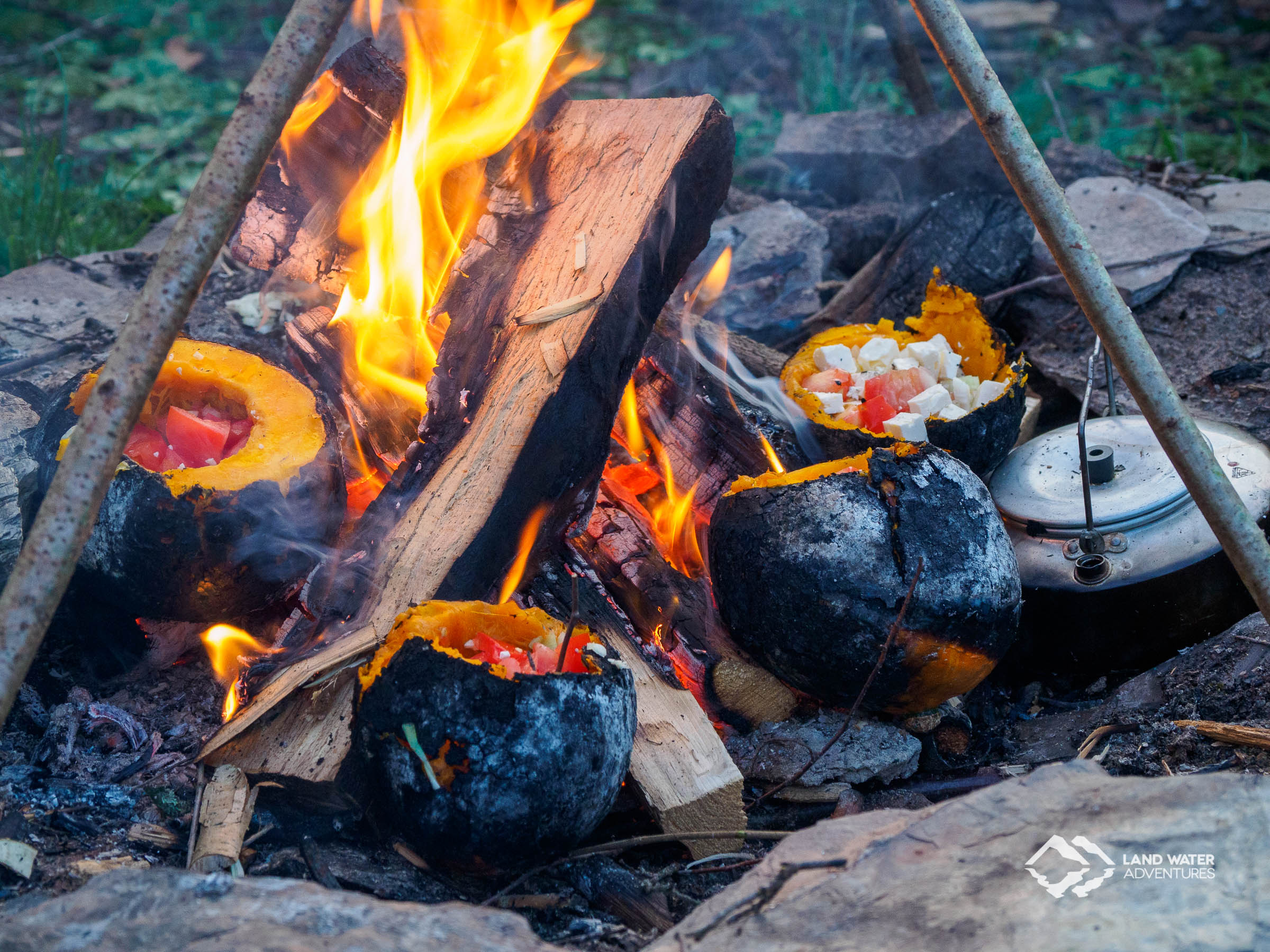 Kürbisse garen im Lagerfeuer beim Teamtreffen © Land Water Adventures