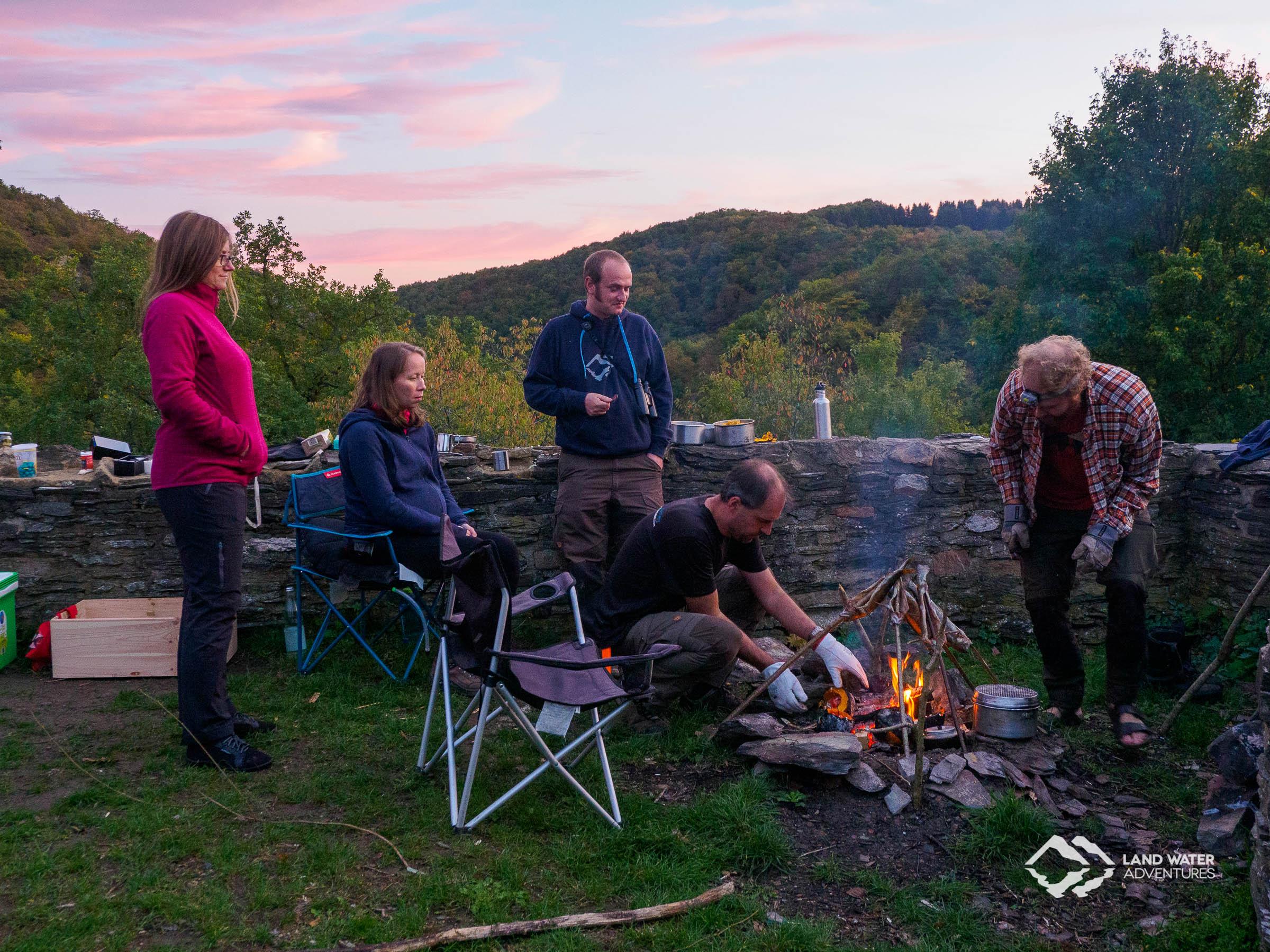 LWA Team 2019 beim Warten aufs Abendessen an der Schmidtburg © Land Water Adventures