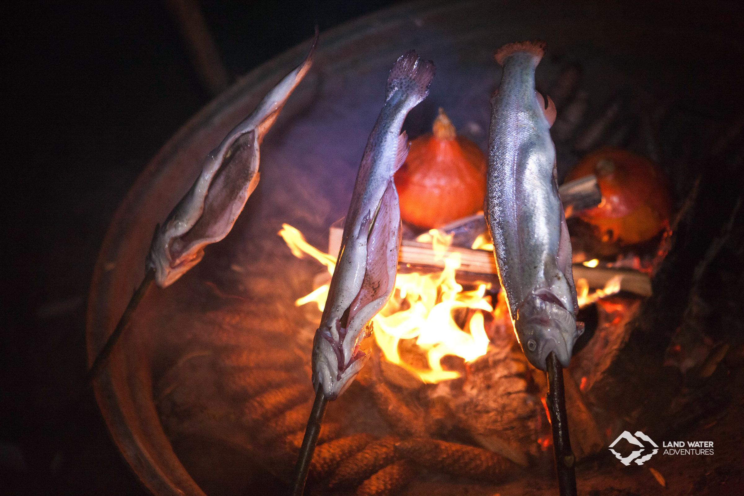 Gefüllter Hokkaido, im Feuer gegart, und Flammforellen © Land Water Adventures