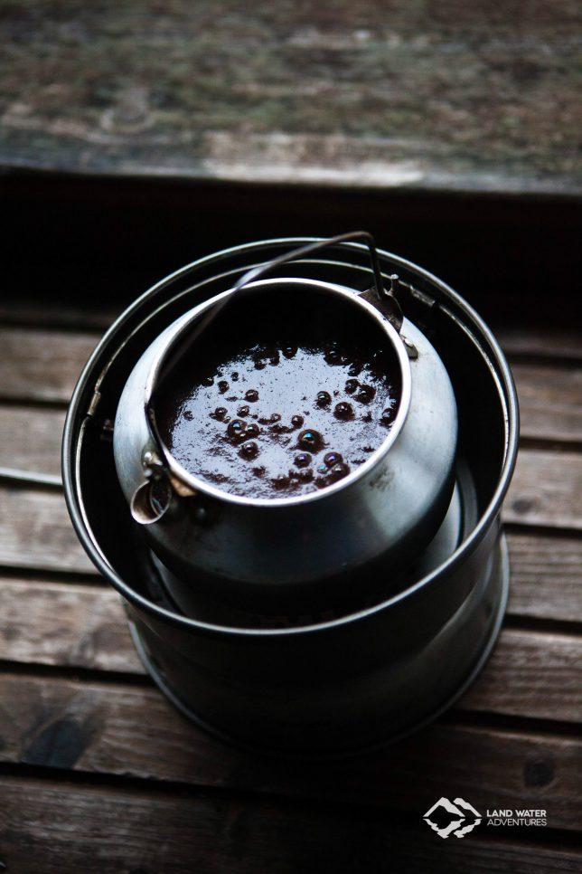 Der Kaffee blubbert vor sich hin © Land Water Adventures