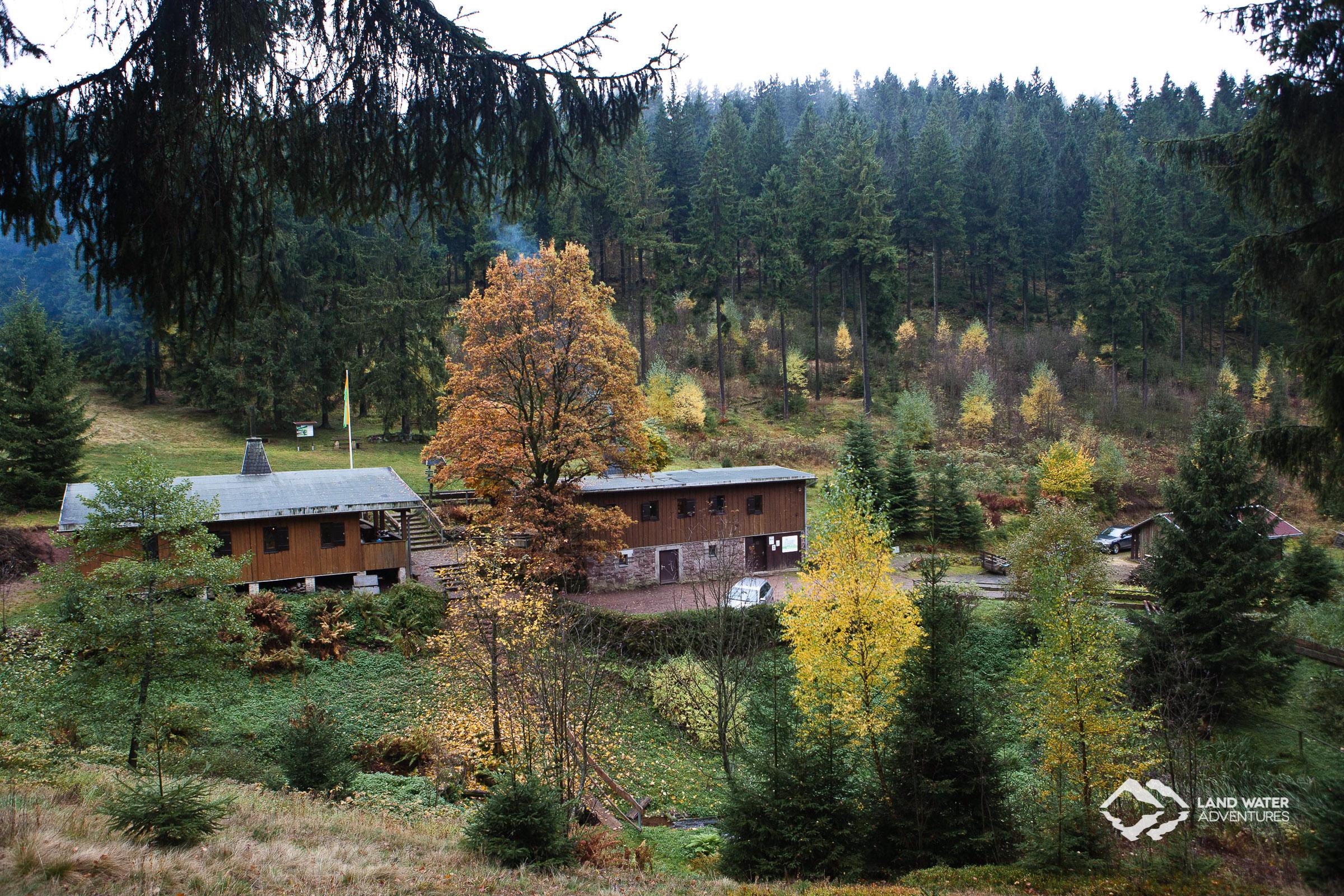 Die Jahnhütte im herbstlichen Thüringer Wald © Land Water Adventures