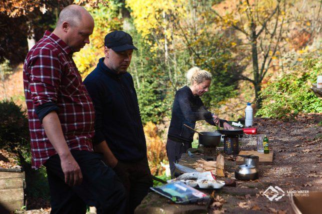 Draußen, in der Outdoor-Küche © Land Water Adventures
